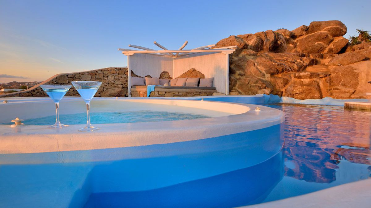 Luxe Mykonos 3nt villa stay with infinity pool & jacuzzi from £192pp – sleeps 10 (flights £55rtn)